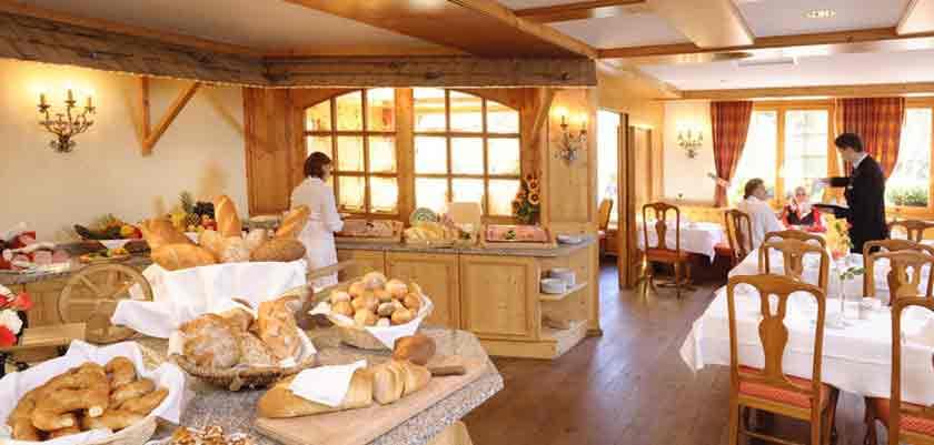 Switzerland_Klosters_Hotel-Silvretta-Park_Rotisserie-à-la-carte-restaurant.jpg